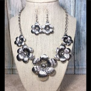 Paparazzi Silver flowered necklace